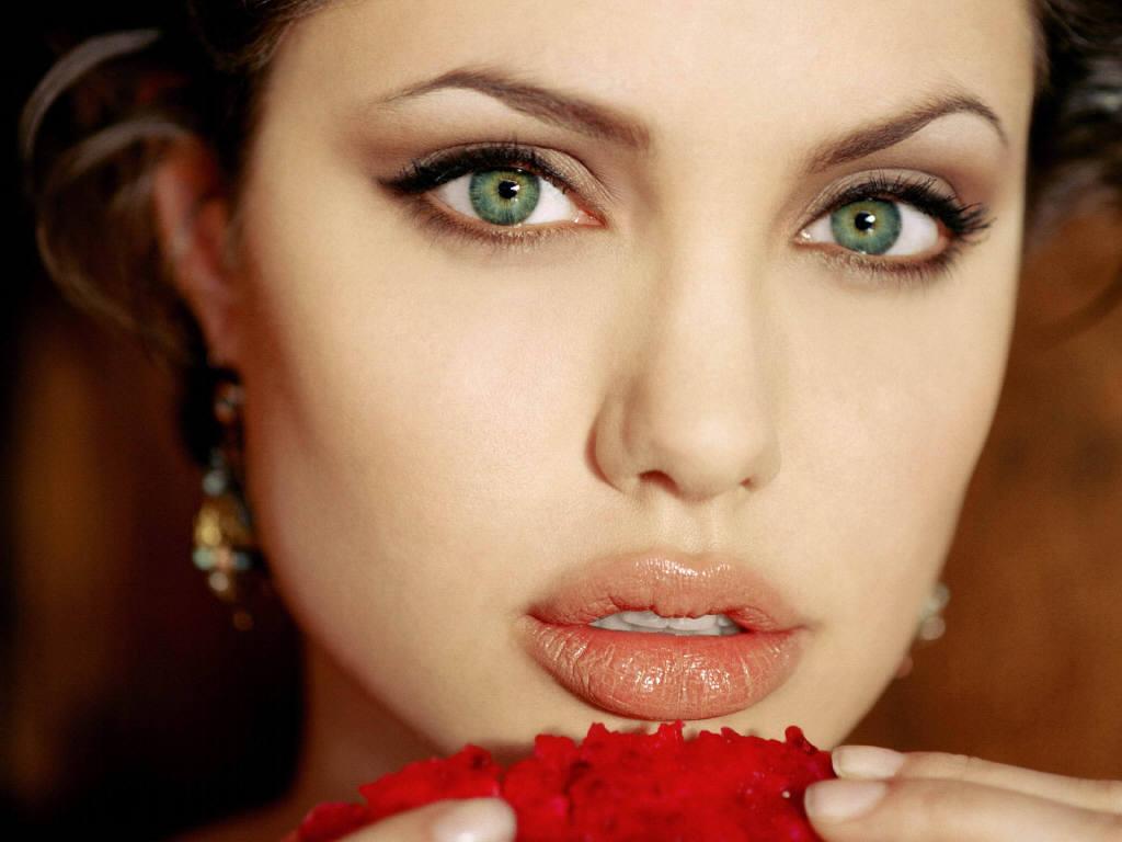لعبة  تلبيس النجمة أنجلينا جولي